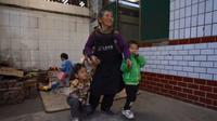 Kong Zhenglan bersama anak asuhnya (Sumber: odditycentral)