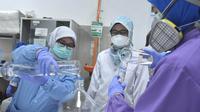 BBPOM Palembang meracik bahan-bahan pembuatan Hand Sanitizer   untuk mencegah penularan Corona Covid-19 (Dok. Humas Pemkot Palembang / Nefri Inge)