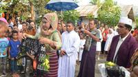 Sebelumnya, tokoh Muslim mengalungkan selendang kepada uskup. (Liputan6.com/Ola Keda)