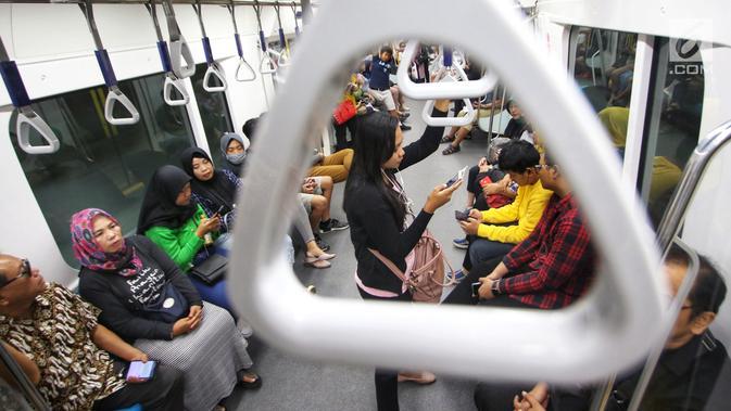 Penumpang menaiki kereta MRT pada hari pertama fase operasi secara komersial (berbayar) di Stasiun MRT Bundaran HI, Jakarta, Senin (1/4). PT MRT Jakarta mulai memberlakukan fase operasi secara komersial (berbayar) dengan potongan harga 50 persen selama April 2019. (Liputan6.com/Johan Tallo)#source%3Dgooglier%2Ecom#https%3A%2F%2Fgooglier%2Ecom%2Fpage%2F2019_04_14%2F304488