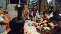 Kelas Bahasa Inggris, mempertemukan wisatawan dengan masyarakat secara langsung (foto : Liputan6.com / wisnu wardhana)