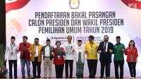 Pasangan bakal Calon Presiden dan Wakil Presiden, Joko Widodo (Jokowi) dan Ma'ruf Amin (kelima kiri) berfoto bersama para Ketua Umum partai koalisi saat melakukan pendaftaran di Gedung KPU, Jakarta, Jumat (10/8). (Liputan6.com/Helmi Fithriansyah)