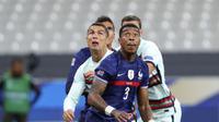 Pemain Timnas Prancis Presnel Kimpembe dan bintang Portugal Cristiano Ronaldo berebut bola dalam lanjutan UEFA Nations League di Stade de France, Paris, Senin (12/10/2020) dini hari WIB. (AP Foto / Thibault Camus)
