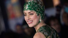 Aktris cantik Amber Heard berpose untuk fotografer setibanya menghadiri premier dunia film 'Aquaman' di London, Senin (26/11). Mantan istri aktor Johnny Depp ini datang dengan dibalut gaun couture dan hiasan kepala. (Vianney Le Caer/Invision/AP)