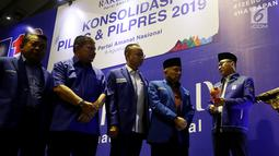 Ketum PAN Zulkifli Hasan (kanan) bersiap memukul gong saat pembukaan Rakernas PAN di Jakarta, Kamis (9/8). Dalam rakernas tersebut PAN secara resmi mengusung Prabowo Subianto sebagai calon presiden pada Pilpres 2019.  (Liputan6.com/Johan Tallo)