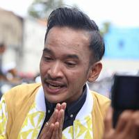 Beberapa waktu lalu sempat viral berita anak SD yang meminta kursi roda pada Presiden Joko Widodo alias Jokowi. Bulan Karunia Rudianti nama anak tersebut yang meminta melalui surat ke Presiden. (Nurwahyunan/Bintang.com)