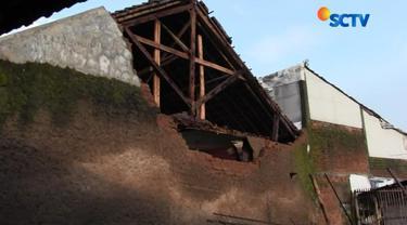 Sementara di Garut, Jawa Barat, tercatat ada sekitar 223 rumah warga yang rusak akibat gempa.