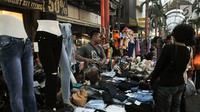 Pedagang melayani calon pembeli di kawasan perbelanjaan Pasar Baru, Jakarta Pusat, Rabu (21/6). Menjelang lebaran, kawasan perbelanjaan Pasar Baru mulai diserbu warga untuk berbelanja kebutuhan lebaran. (Liputan6.com/Yoppy Renato)