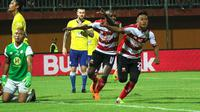 Gatra saat melawan Barito Putera di Stadion Gelora Ratu Pamelingan, Pamekasan (26/3/2018). (Bola.com/Aditya Wany)