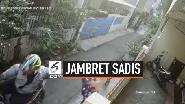 Seorang pria tega menjambret ibu yang sedang menggendong. Akibatnya, sang ibu terjatuh bersama bayinya. Aksi tersebut terekam kamera CCTV.