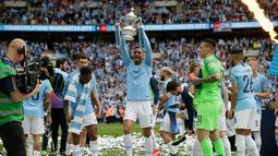 Pemain Manchester City Danilo mengangkat trofi Piala FA 2018/2019 di Stadion Wembley, London, Inggris, Sabtu (18/5/2019). The Citizens menjuarai Piala FA 2018/2019 usai mengalahkan Watford dengan skor 6-0. (AP Photo/Tim Ireland)