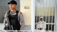 Aparat kepolisian berjaga di ruang tahanan pengadilan terpidana kasus terorisme Abu Bakar Baasyir usai menjalani persidangan di Jakarta, (16/06/2011). (AFP Photo/Bay Ismoyo)
