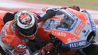 Aksi pembalap Ducati, Jorge Lorenzo pada MotoGP Argentina 2018 di Termas de Rio Hondo. (Juan MABROMATA / AFP)