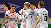 Pemain AC Milan merayakan gol yang dicetak Samuel Castillejo Azuaga ke gawang Lille pada laga lanjutan Liga Europa di Stade Pierre Mauroy, Jumat (27/11/2020) dini hari WIB. AC Milan bermain imbang 1-1 menghadapi Lille. (AFP/Dennis Charlet/pool)