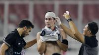 Striker Filipina, Younghusband, mengalami cedera saat melawan Timnas Indonesia pada laga Piala AFF 2018 di SUGBK, Jakarta, Minggu (25/11). Kedua negara bermain imbang 0-0. (Bola.com/M. Iqbal Ichsan)
