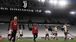 Para pemain Ajax Amsterdam menghadiri sesi latihan tim di Allianz Stadium, Turin Italia (15/4). Juventus akan bertanding melawan wakil Belanda, Ajax Amsterdam pada leg kedua babak perempatfinal Liga Champions di Allianz Stadium. (AFP Photo/Marco Bertorello)