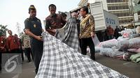 Presiden Joko Widodo melihat barang tekstil impor ilegal di Direktorat Jenderal Bea dan Cukai, Jakarta, Jumat (16/10/2015). Jokowi menyebut, maraknya impor tekstil ilegal merusak industri nasional. (Liputan6.com/Faizal Fanani)