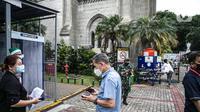 Para Jemaat memperlihatkan bukti pendaftaran untuk mengikuti ibadah di Gereja Katedral, Jakarta, Kamis (24/12/2020). Aturan ditetapkan oleh Keuskupan Agung Jakarta agar pelaksanaan Natal 2020 tetap melaksanakan protokol kesehatan. (Liputan6.com/Faizal Fanani)