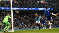 Gelandang Manchester City, Raheem Sterling (tengah) mencetak gol ke gawang Everton saat bertanding dalam Liga Inggris di Stadion Etihad, Manchester, Inggris, Sabtu (15/12). Manchester City menang 3-1. (OLI SCARFF/AFP)