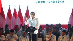 Presiden Joko Widodo memberikan pidato saat menghadiri Silaturahmi Nasional Pemerintahan Desa se-Indonesia di Jakarta, Rabu (10/4). Presiden mengatakan akan terus menaikkan jumlah dana desa serta memudahkan sistem laporan pertanggung jawabannya. (Liputan6.com/Angga Yuniar)