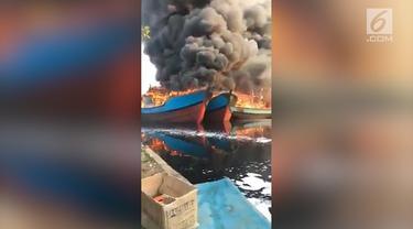Kebakaran hebat melanda sebuah galangan kapal di Pekalongan, Jawa Tengah, menghanguskan lima kapal yang tengah diperbaiki.