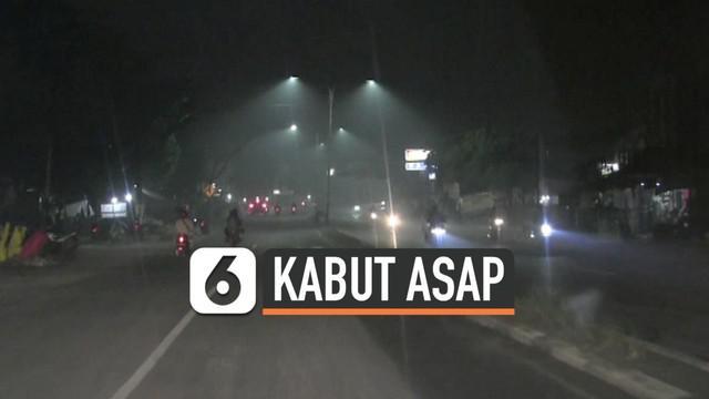 Kabut asap tebal masih menyelimuti langit Palembang. Bahkan saat dini hari, warga kesulitan bernapas dan mengalami iritasi penglihatan.