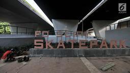 Pekerja menyelesaikan arena skate park dan lintasan sepeda BMX di kolong Flyover Slipi, Jakarta (13/12). Arena ini diharapkan menjadi wadah bermain dan tempat latihan anak-anak muda, terutama pecinta skateboard dan BMX. (Merdeka.com/Iqbal S. Nugroho)