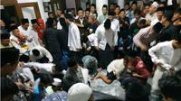 Tradisi Maulid Nabi, siswa SD hingga SMA berebut uang koin senilai Rp 5 juta. (Liputan6.com/Dian Kurniawan)