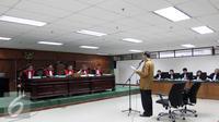 Mantan Mentri Agama, Suryadharma Ali (SDA) saat menjalani Sidang Di Pengadilan Tipikor, Jakarta, Senin (7/9/2015). Terpidana Kasus Penyelenggaran Haji 2010-2013 menjalankan sidang dengan beragendakan membacakan eksepsi. (Liputan6.com/Helmi Afandi)