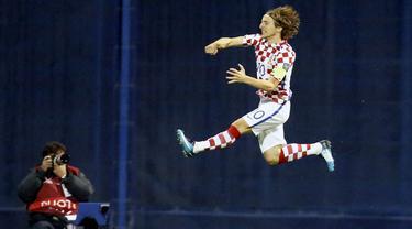 Gelandang Kroasia, Luka Modric, melakukan selebrasi usai mencetak gol ke gawang Yunani pada laga leg pertama playoff Piala Dunia 2018 di Stadion Maksimir, Kamis (9/11/2017). Kroasia menang 4-1 atas Yunani. (AP/Darko Bandic)