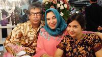 Putri Titian saat bersama ayah dan ibundanya (Dok.Instagram/@putrititian/https://www.instagram.com/p/7DbXy7O2V-/Komarudin)