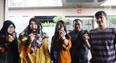 Keluarga korban Lion AIR JT 610 menunjukkan kunci kamar hotel di kawasan Cawang, Jakarta, Rabu (23/1). Puluhan keluarga korban memilih bertahan meski telah diusir oleh pihak hotel yang menjadi posko pencarian. (Liputan6.com/Herman Zakharia)