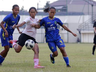 Timnas Putri Indonesia harus puas bermain imbang 2-2 kala bersua dengan tim PON Jawa Barat (Jabar) di Stadion Merpati, Depok, Rabu (15/9/2021). (Foto: Bola.com/M Iqbal Ichsan)