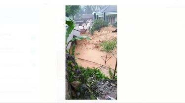 Video longsor di Kampung Adat Urug, Kabupaten Bogor, Jawa Barat pada Rabu, 1 Januari 2020.