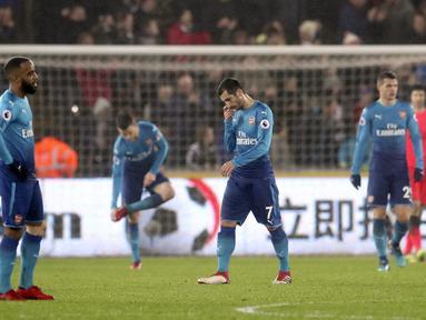 Pemain anyar Arsenal, Henrikh Mkhitaryan (tengah) terlihat kecewa saat timnya kalah dari Swansea City pada lanjutan Premier League di Liberty Stadium, Swansea, Wales, (30/1/2018). Arsenal kalah 1-3. (Nick Potts/PA via AP)