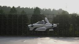 Sebuah mobil terbang berawak SD-03 terlihat selama sesi uji terbang di lapangan uji Toyota di Toyota, Jepang tengah. Tomohiro Fukuzawa, yang mengepalai upaya SkyDrive, mengatakan ia berharap mobil terbang dapat dibuat menjadi produk kehidupan nyata pada tahun 2023. (©SkyDrive/CARTIVATOR 2020 via AP)