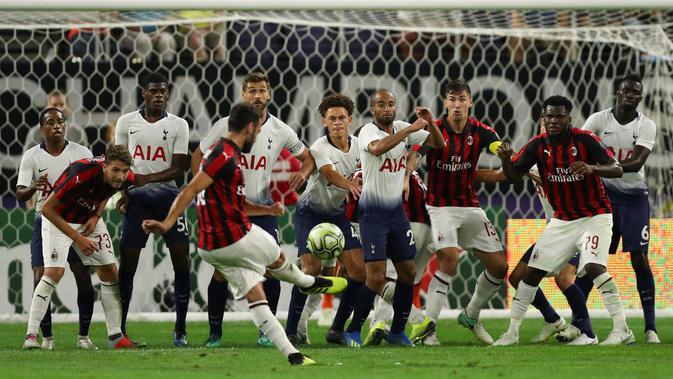Gelandang AC Milan, Hakan Calhanoglu melakukan tendangan bebas saat bertanding melawan Tottenham Hotspur pada International Champions Cup di Minneapolis (31/7). Tottenham menang 1-0 atas Milan berkat gol Nkoudou. (AP Photo/Jeff Wheeler)#source%3Dgooglier%2Ecom#https%3A%2F%2Fgooglier%2Ecom%2Fpage%2F%2F10000