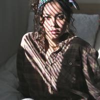 Ilustrasi tampilan rambut dengan menggunakan scarf. (unsplash.com/Duncan Shaffer).