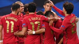 Pemain Portugal merayakan gol yang dicetak Cristiano Ronaldo ke gawang Swedia pada laga UEFA Nations League di Stadion Friends Arena, Rabu (9/9/2020) dini hari WIB. Portugal menang 2-0 atas Swedia. (AFP/Jonathan Nackstrand)