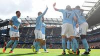Pemain Manchester City merayakan gol kedua mereka saat melawan Liverpool dalam pertadingan Liga Inggris di Stadion Etihad, Manchester (9/9). Pada pertandingan tersebut Manchester City menang 5-0 atas Liverpool. (AFP Photo/Paul Ellis)
