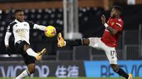 Ademola Lookman dari Fulham duel perebutan bola dengan Fred dari MU pada pertandingan Liga Inggris di stadion Craven Cottage di London, Rabu, 20 Januari 2021. (Adrian Dennis / Pool via AP)