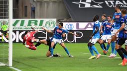 Bek Atalanta, Mattia Caldara, berebut bola atas dengan bek Napoli, Mario Rui, pada laga lanjutan Serie A pekan ke-29 di Gewiss Stadium, Jumat (3/7/2020) dini hari WIB. Atalanta menang 2-0 atas Napoli. (AFP/Miguel Medina)