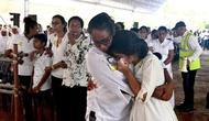 Dua wanita menangis saat menghadiri upacara pemakaman anggota keluarga mereka yang jadi korban teror bom di Sri Lanka (AFP)
