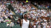 Aksi petenis Williams pada pertandingan pertama Grand Slam Wimbledon kontra Elise Mertens, Senin (3/7/2017). (AP/Tim Ireland)