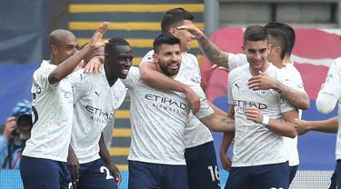 Para pemain Manchester City merayakan gol pertama ke gawang Crystal Palace yang dicetak striker Sergio Aguero (tengah) dalam laga lanjutan Liga Inggris 2020/2021 pekan ke-34 di Selhurst Park, London, Sabtu (1/5/2021). Manchester City menang 2-0 atas Crystal Palace. (AFP/Steve Paston/Pool)