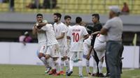 Para pemain Timnas Iran U-19 merayakan gol yang mereka cetak dalam laga uji coba internasional menghadapi Timnas Indonesia U-19 di Stadion Patriot Candrabhaga, Bekasi, Sabtu (7/9/2019). Timnas Iran U-19 menang 4-2 dalam laga ini. (Bola.com/Yoppy Renato)