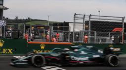 Pendapat berbeda diungkapkan oleh Prinsipal Tim Aston Martin. Mereka menyebut bahwa setidaknya masih ada 1,74 liter yang masih ada di dalam mobil nomor 5 tersebut, namun hanya bisa diambil oleh steward GP Hungaria sebanyak 0,3 liter, masih menyisakan 1,44 liter. (Foto: AFP/Peter Kohalmi)