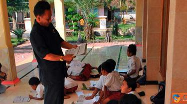Citizen6, Jember: Gedung sekolahan roboh di SDN Bangon II Kecamatan Puger, Kabupaten Jember. Kegiatan belajar mengajar di masjid di Kecamatan Puger, Kabupaten Jember. (Pengirim: Sapto Raharjanto)