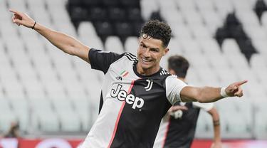 Pemain Juventus Cristiano Ronaldo melakukan selebrasi usai mencetak gol ke gawang Lazio pada pertandingan Serie A di Allianz Stadium, Turin, Italia, Senin (20/7/2020). Dua gol Ronaldo membawa Juventus menang 2-1. (Marco Alpozzi/LaPresse via AP)