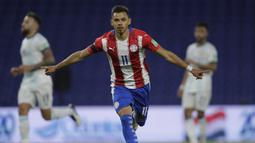 Paraguay tampil mengejutkan di grup neraka (grup A) Copa America 2021. Penampilan ini tak lepas dari penyerang andalan mereka Angel Romero yang saat ini telah mebukukan dua gol dan mengantarkan Paraguay di poisi kedua klasemen sementara. (Foto: AFP/Pool/juan Ignacio Roncoroni)